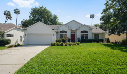 Front view of 1120 Twin Oaks Circle